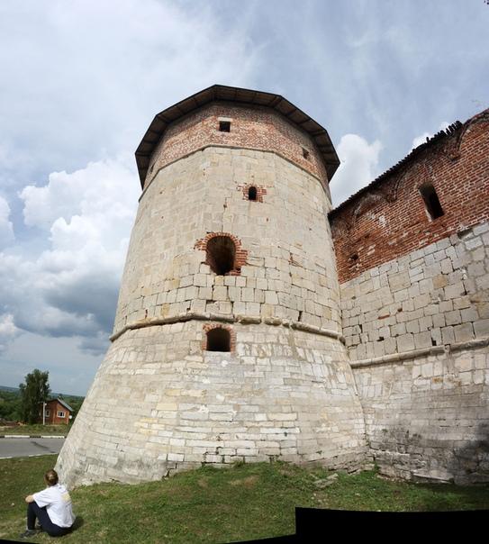 Караульная башня. Бойницы подошвенного боя ещё на месте — здорово.