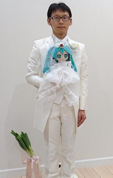 Фанат аниме женился на виртуальной певице 35-летний фанат аниме Акихико Кондо связал свою жизнь с виртуальной певицей Мику Хацунэ, заключив с ней официальный брак. Так как на торжество пришло 39