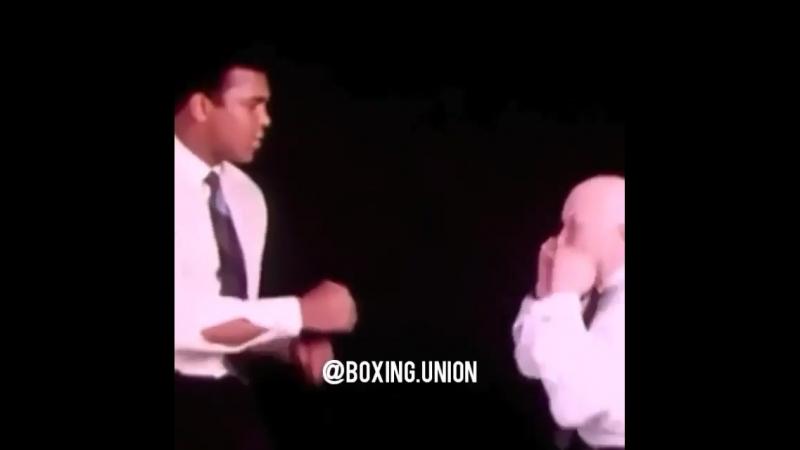 Великий тренер и великий боксер. Кас ДАмато показывает Мухаммеду Али эффективность стиля пикабу, который применял молодой Май