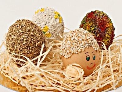 ПАСХАЛЬНЫЕ ЯЙЦА, УКРАШЕННЫЕ КРУПОЙ Предлагаем простой способ, как сделать оригинальные пасхальные яйца при помощи крупы вместе с детками. Они могут служить украшением стола и отличным подарком на Пасху. Вам понадобятся: Варенные яйца, крупа, кисточка для клея, фломастеры, клейстер (крупа хорошо клеится на ПВА, но если вы собираетесь употреблять в пищу яйца, безопаснее клеить на клейстер) Приготовление клейстера: Возьмите стакан воды (200 грамм) и столовую ложку с горкой муки. Размешайте муку в…