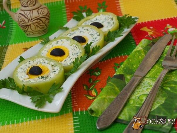 Вкусная холодная закуска с сыром фета для праздничного стола по своему виду напоминающая кошачьи глаза.