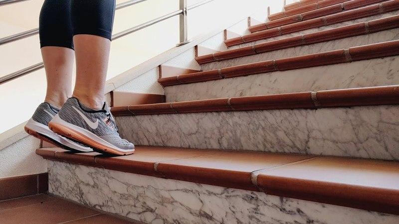 Подъем на носки стоя на лестнице • VIMO.FITNESS