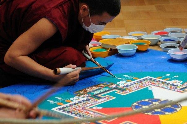Монахи рисуют на песке