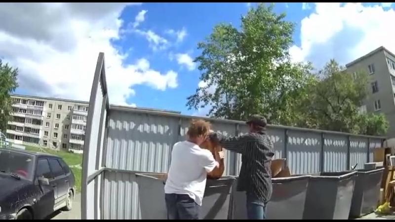 Алкоголики решили вскрыть вздутую пивную кегу