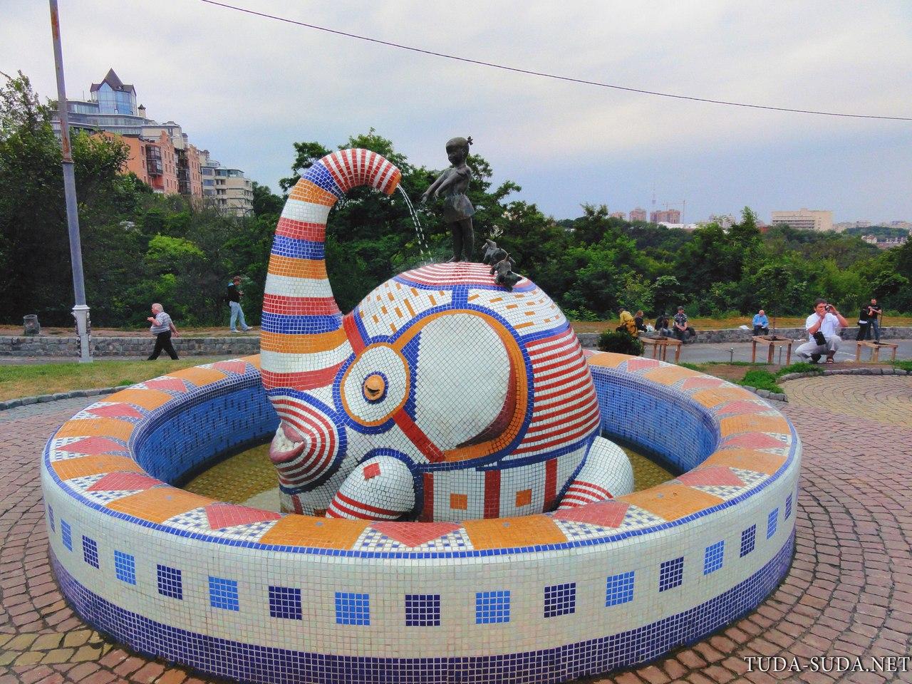 Слон на пейзажной аллее