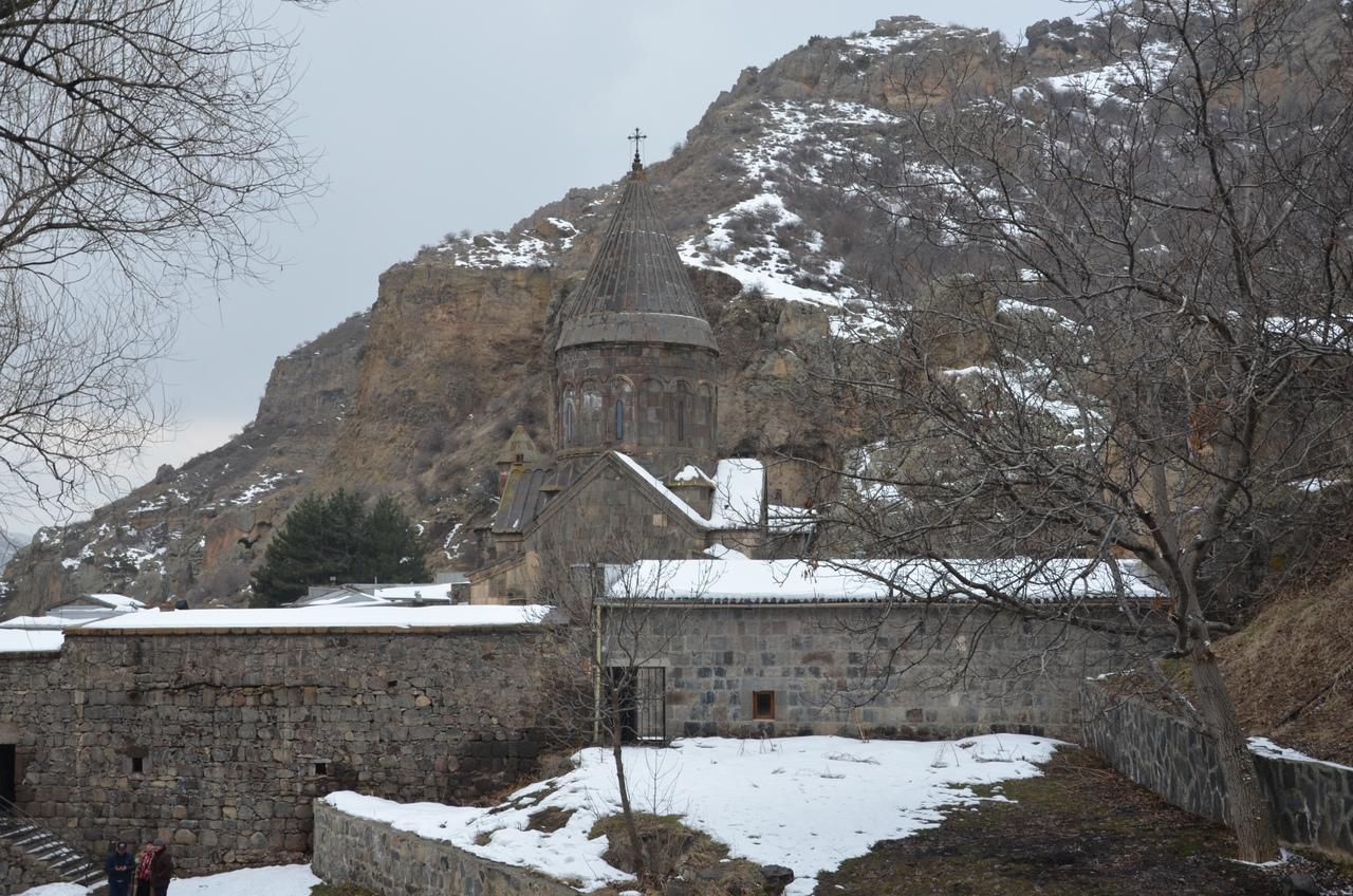 Fkz_1CSftwU Монастырь Гегард в Армении.