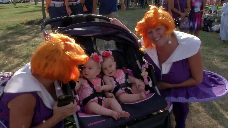В Твинсбург на фестиваль посвященный космическим приключениям съехались тысячи близнецов
