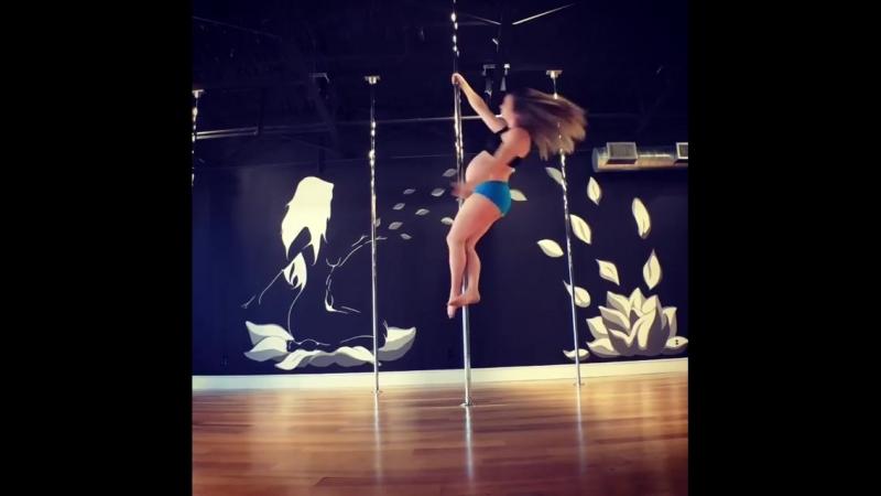 Беременная танцовщица на пилоне