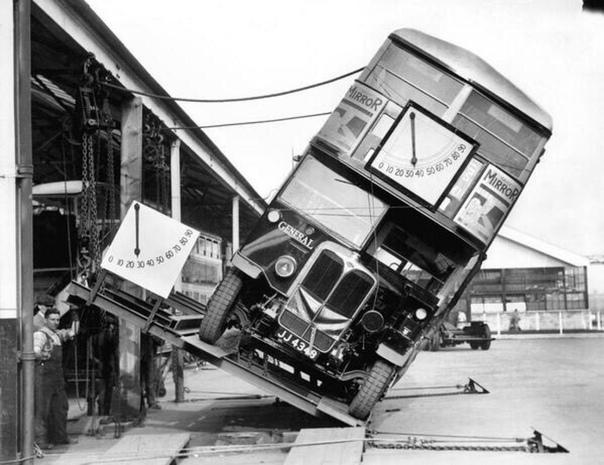 Так производители знаменитых двухэтажных автобусов Лондона доказывали, что им не грозит опрокидывание, 1933