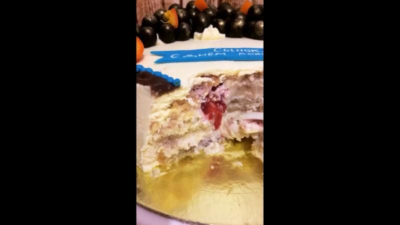 разрез йогуртового клубнично-бананового торта