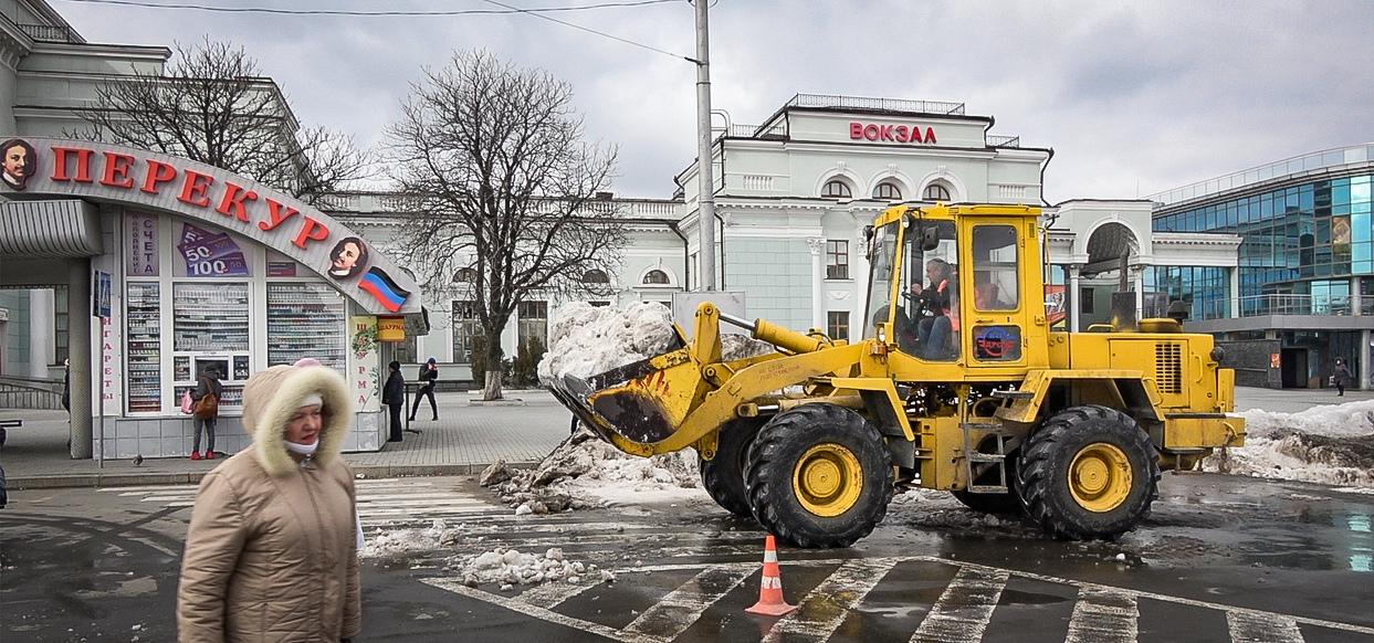 Донецкие коммунальщики продолжают бороться со снегом на дорогах города