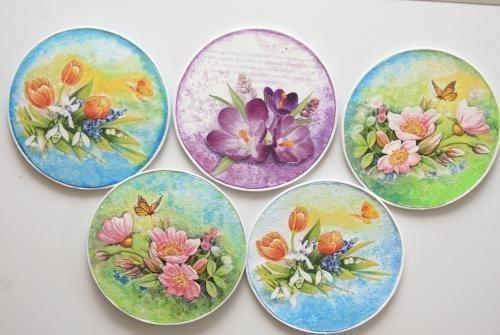 Магниты на холодильник из дисков. Вам понадобится: - CD-диски (лучше брать те, у которых одна сторона совсем гладкая, без бороздок) - открытки (салфетки,распечатки) - краска белая акриловая - клей ПВА - лак акриловый - картон - акриловые краски - наждачная бумага - ножницы - магниты Инструкция: 1. Диск шкурим с обеих сторон и грунтуем одним слоем белой краской с помощью губки. 2. Вырезаем из картона кружочки, чтобы замаскировать отверстие в диске. 3. С той стороны, где неровности больше…