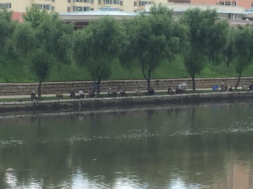 Мужики ловят рыбу в реке