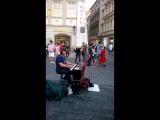Играет потрясающе. Yann Tiersen. Прага.