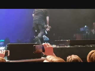 STONE SOUR [МОСКВА - 16.11.18]: Фанат выбежал на сцену