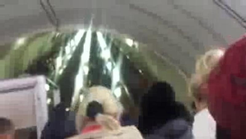 001_всадник-певец пророк сан бой идёт в огромной толпе в метро на эскаватор.москва