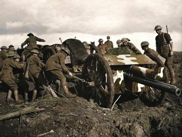 Установка пушки на позицию, за два дня до первой атаки на хребет Пашендейль (третья битва при Ипре), 1917 г. Битва продолжалась несколько месяцев и, по некоторым оценкам, в ее ходе погибли почти