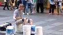Круто. Уличный барабанщик нереально быстро играет на ведрах.