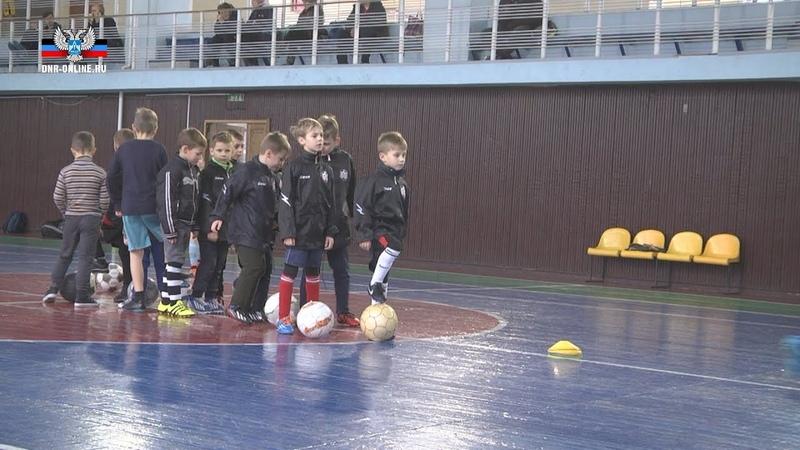 Несмотря на непогоду, в спорткомплексе Кировец продолжаются тренировки юных футболистов