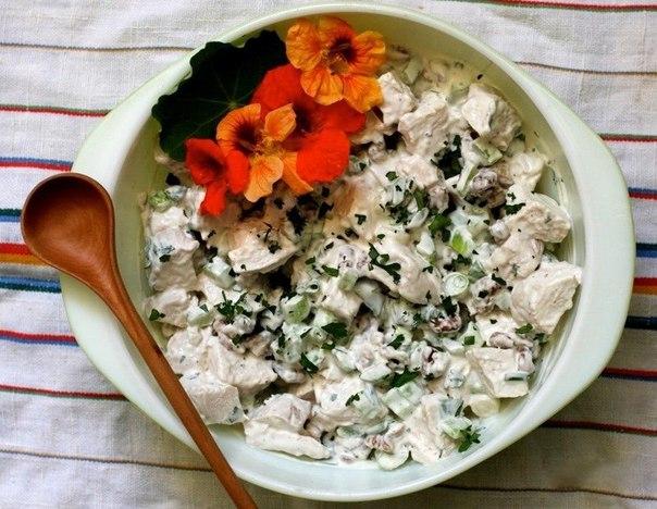 Салат с вареной грудкой и сельдереем