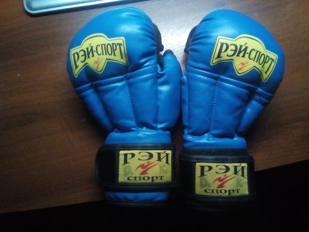 Перчатки, шлем для рукопашного боя и сейф