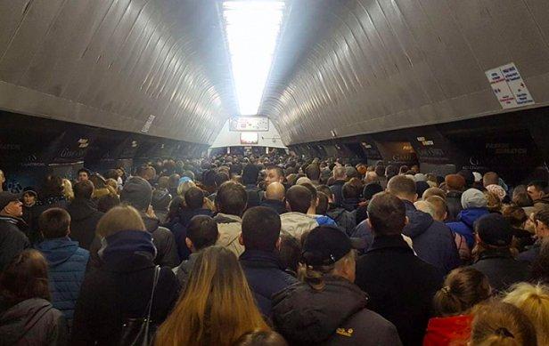 В метро ходила полуголая девушка (Фото)