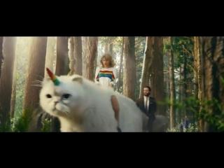 Тейлор Свифт рекламирует цифровое телевидение верхом на коте-единороге