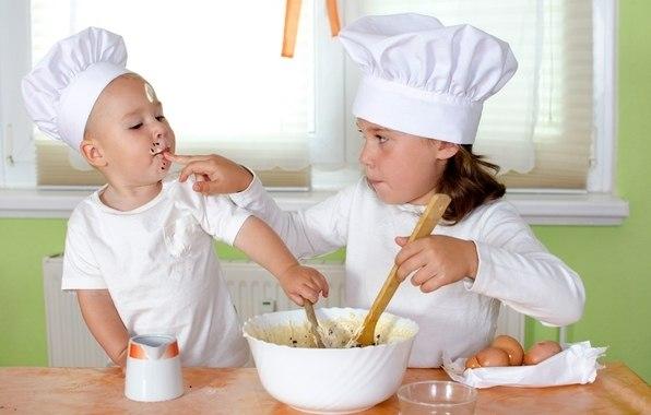 10 лучших блюд для самых маленьких. Когда карапуз подрастает так хочется порадовать его здоровой и вкусной едой собственного приготовления. Сегодня мы поделимся с Вами рецептами для самых маленьких. Манное суфле Сварите вязкую манную кашу, добавьте сливочное масло, взбейте, остудите и добавьте яйцо. Яблоко нарежьте кусочками, сварите в воде, добавьте сахарный сироп и соедините с кашей. Все это переложите в эмалированную посуду, смазанную сливочным маслом, и поставьте на водяную баню минут на…