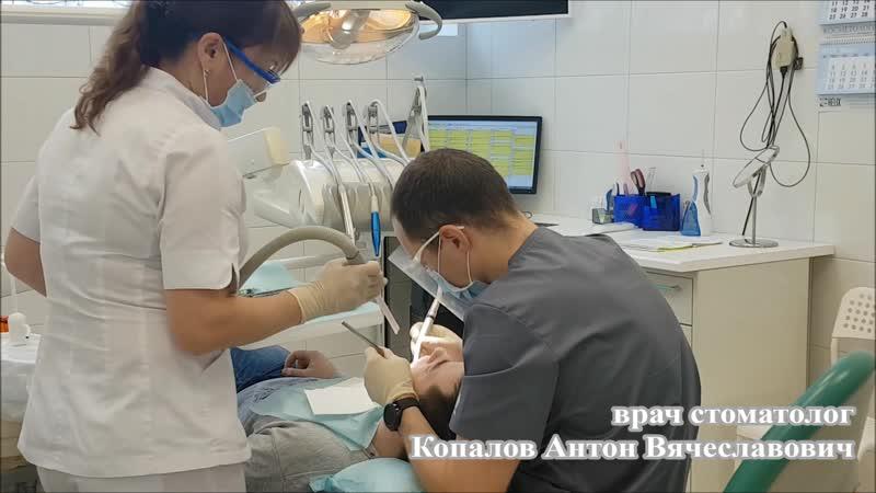 Копалов Антон Вячеславович врач стоматолог во время приёма.