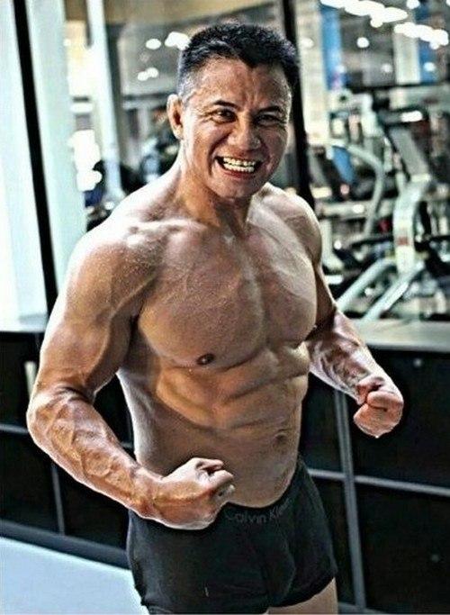 Канг Ли демонстрирует физическую форму