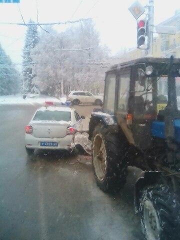 В Уфе трактор протаранил машину ДПС