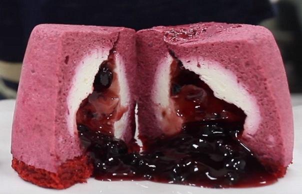 муссовые пирожные со смородиновой начинкой ингредиенты для бисквитного слоя и мусса:- 50 г сахарного песка- 50 г муки- 3 куриных яйца- несколько ягод смородины, растертых для муссаингредиенты