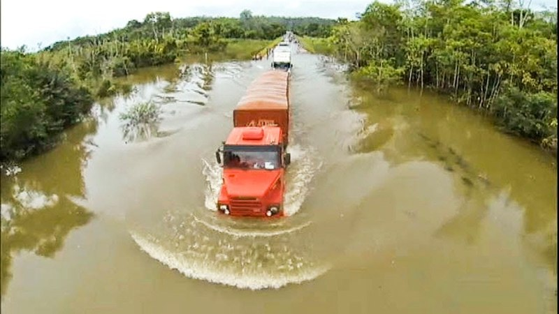 Trucks Crossing Extreme Heavy River Flooding - Off Road Truck Driving Skills