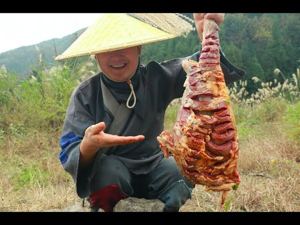 秘制烤羊腿,一人吃着一腿,真解馋(Secret system roasts leg of sheep, one person is eating a leg, really solve greedy)