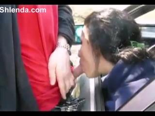 Дорожная проститутка сосет дужику в машине young college student prostitute sucks for old man in the car. outdoor