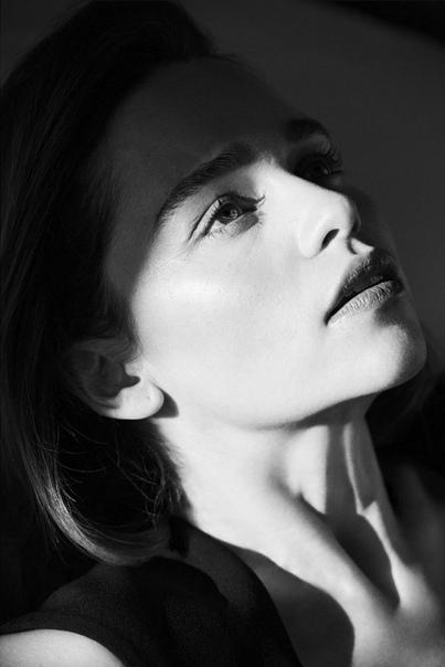 Обаятельная Эмилия Кларк в объективе российского отделения Harpers Bazaar Мэттью Брукс