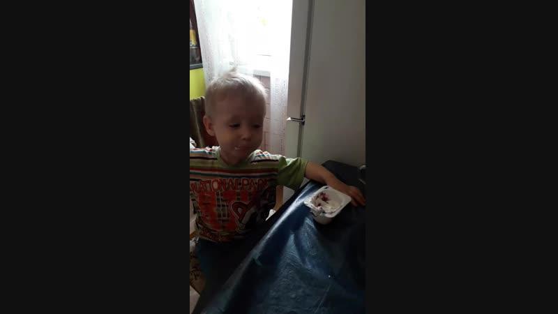 Владислав кушает творожок.