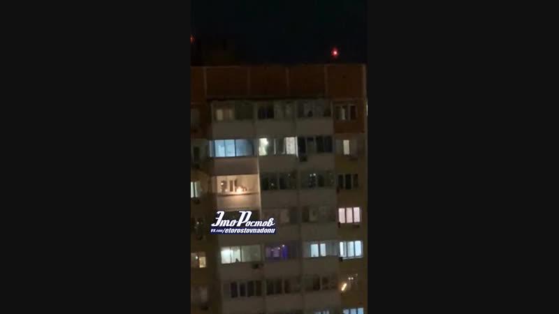 На Суворовском недалёкий человек что-то зажигает и кидает с балкона в прохожих -8.12.18 - Это Ростов-на-Дону!