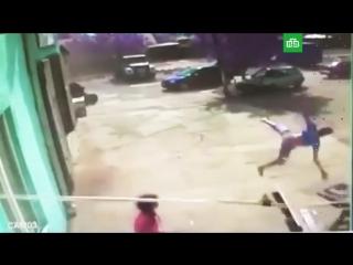 Смерч поднял подростка в воздух