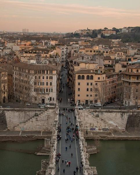 Закат в Риме просто огонь. И атмосфера, и детали, и отголоски давно минувших дней.