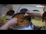 Немецкие студенты готовят любимое блюдо: спагетти Болоньезе. Видео показывает как :)