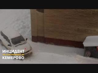 Скидывают снег на авто