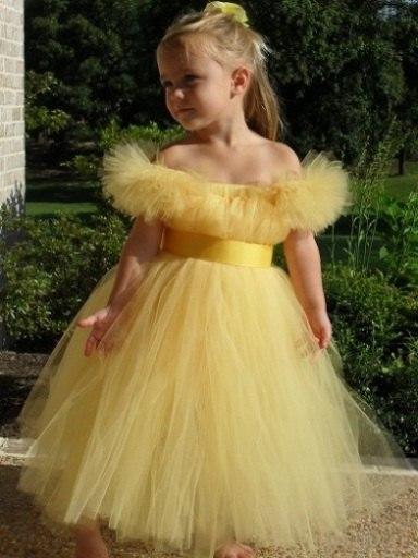 Платье из фатина желтого