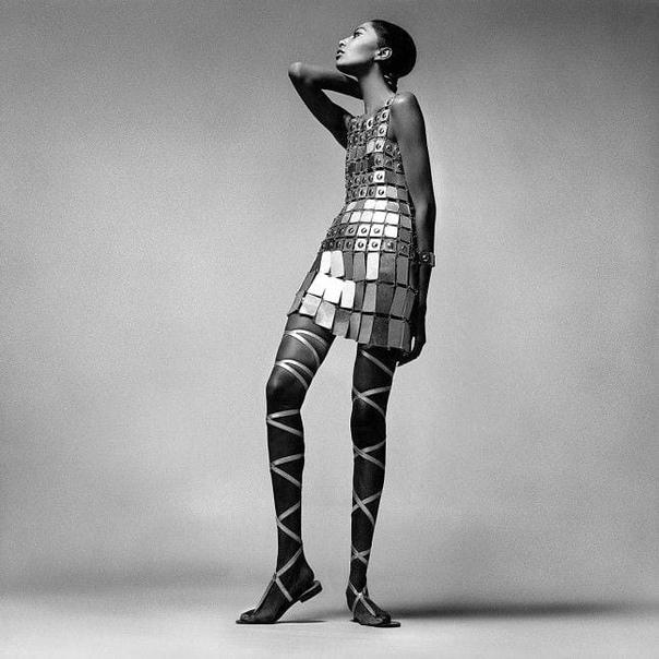 Донйел Луна (первая чернокожая супермодель) в наряде от Paco Rabanne.