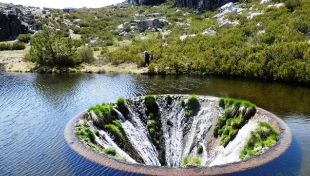 «Дырявое озеро» Кончос находится на территории горного хребта Серра-да-Эштрела, Португалия