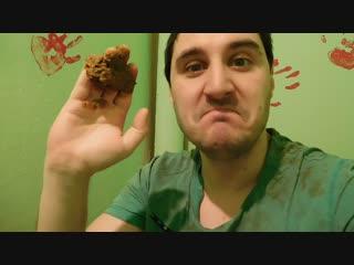 Эльдар Богунов держит пирожное картошка!