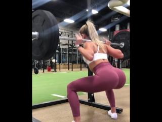 Whitney Simmons приседает с весом чуть меньше 100кг