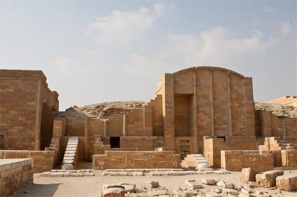Пирамида Джосера – первая пирамида в Египте Пирамида фараона Джосера находится в Саккаре и сегодня является самой древней пирамидой на всей планете. Ее ценность сложно преувеличить, она является
