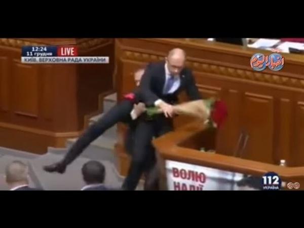 بالفيديو .. ضرب رئيس وزراء اوكرانيا داخل الب