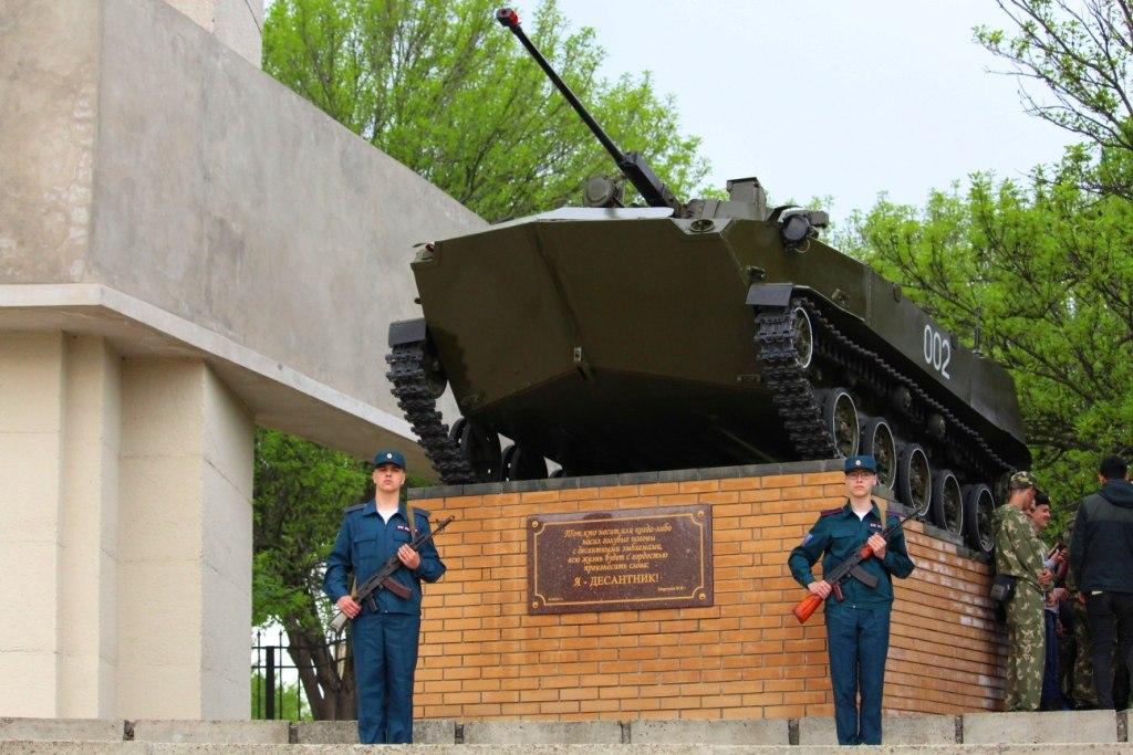 Воспитанники патриотических клубов МВД ЛНР заступили в почетный караул у памятников освободителям